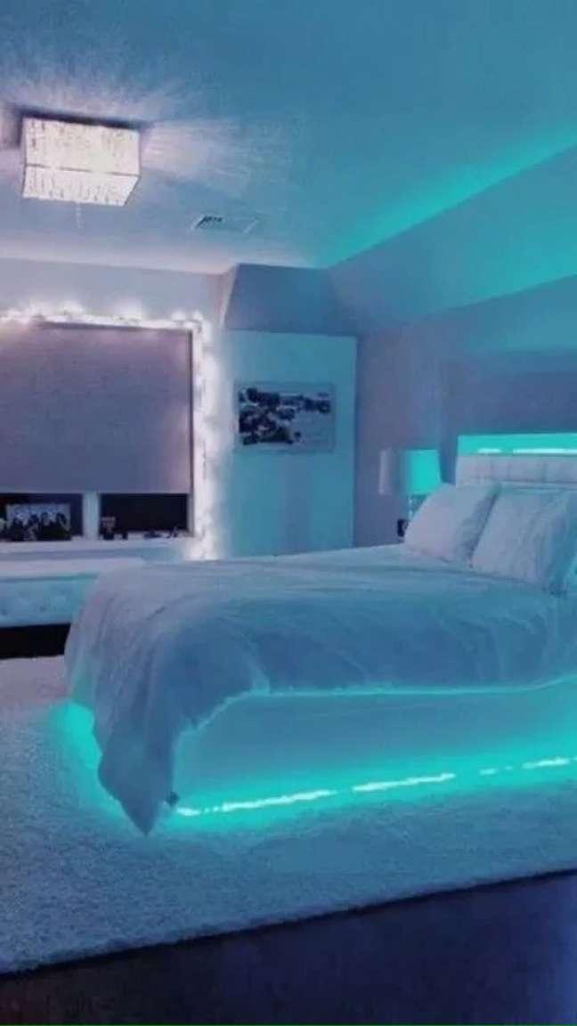 24. Quarto com luz neon embaixo da cama e na cabeceira – Foto Vsco
