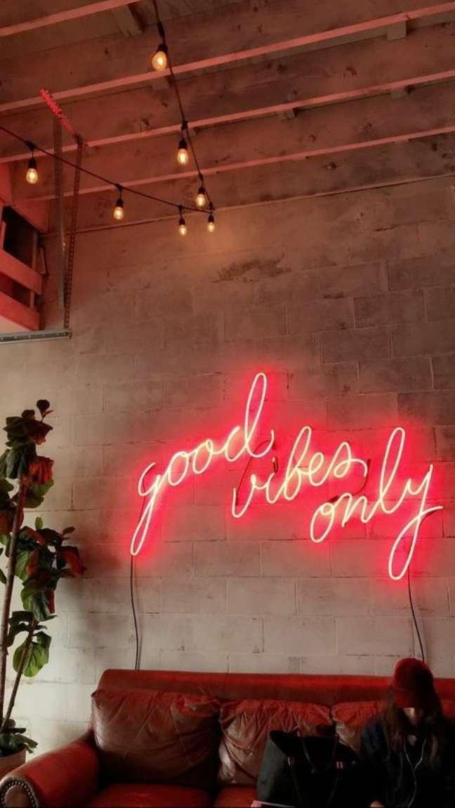 41. Sala com sofá de couro e luz neon – Foto Pinterest