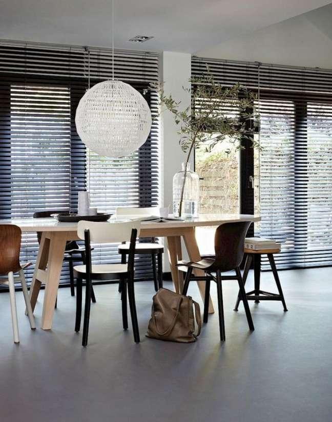18. Sala de jantar com persiana preta e móveis de madeira modernos – Foto Pinterest