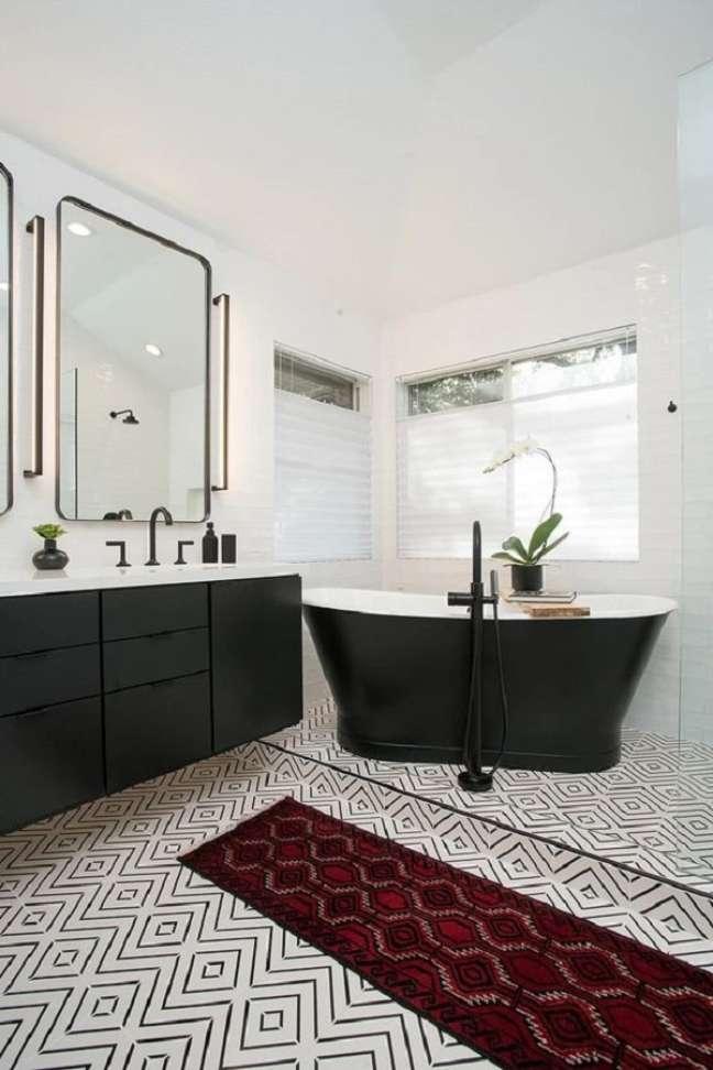 29. Decoração de banheiro grande com banheira de imersão preta e piso preto e branco – Foto: Apartment Therapy