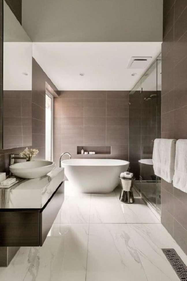 28. Decoração de banheiro grande com banheira de imersão e bancada de mármore – Foto: Home & Deco