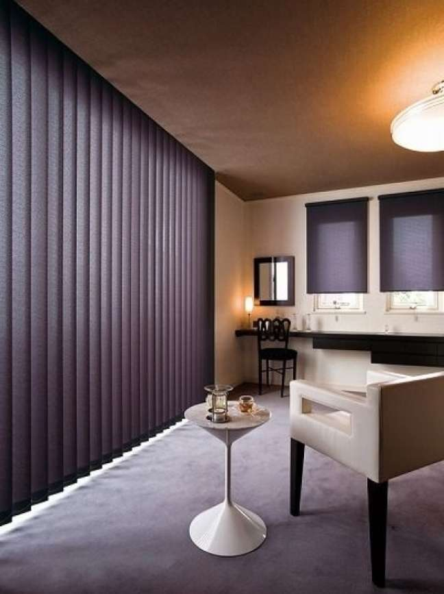 5. Sala com cortina persiana preta – Foto Ameblo