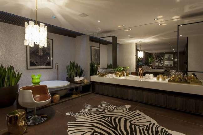 60. Tapete zebrado para decoração de banheiro grande moderno – Foto: Brunete Fraccaroli