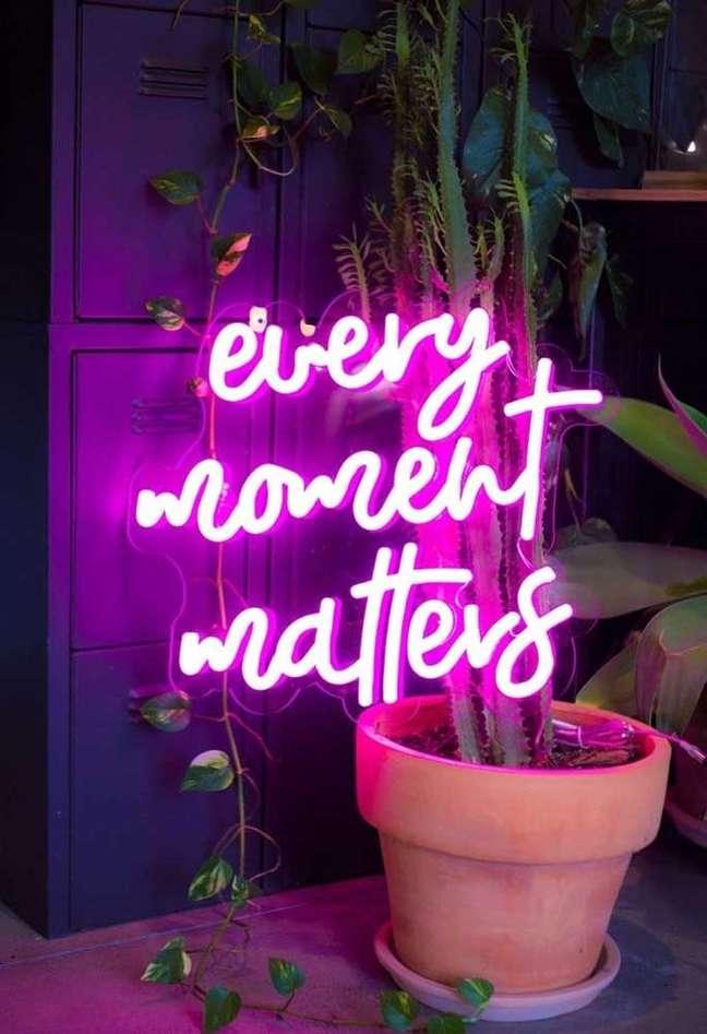 49. Sala decorada com letreiro de luz neon – Foto Pinterest
