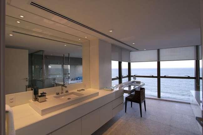 10. Balcão de banheiro grande todo branco planejado com penteadeira suspensa – Foto: Casa de Valentina