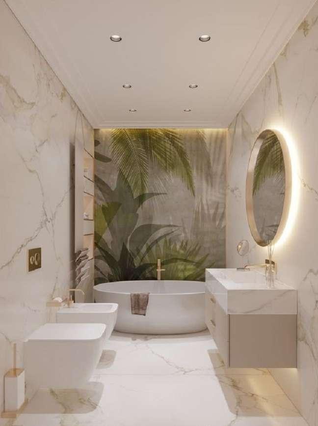 33. Decoração de banheiro grande com paredes de mármore e espelho redondo – Foto: Pinterest