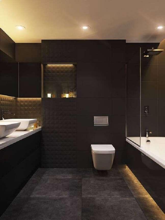 59. Revestimento preto fosco para decoração de banheiro grande moderno – Foto: Pinterest