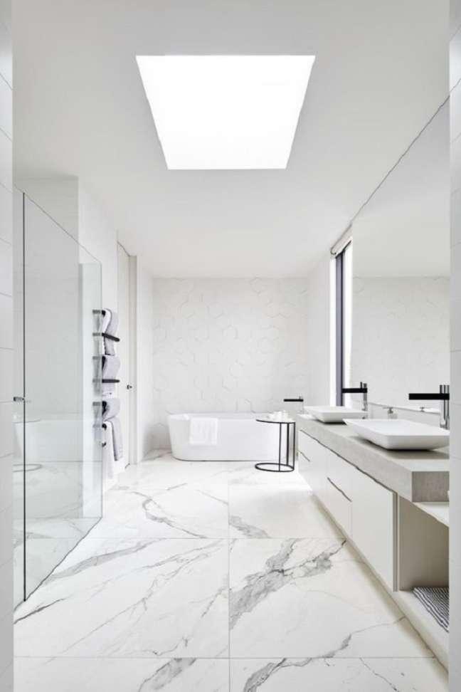 44. Decoração minimalista para banheiro grande moderno todo branco com piso de mármore – Foto: Framed & Matted