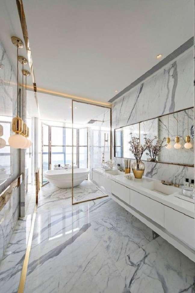 7. Invista no mármore como revestimento de banheiro de luxo grande – Foto: Behance