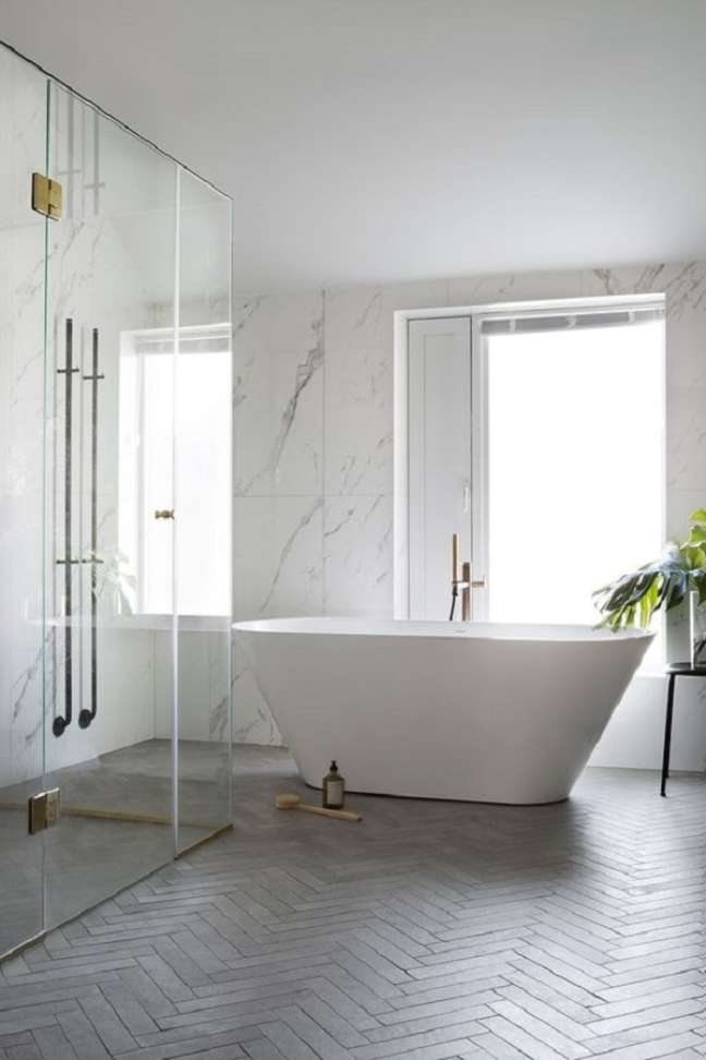 42. Decoração minimalista para banheiro grande com banheira – Foto: BO BEDRE