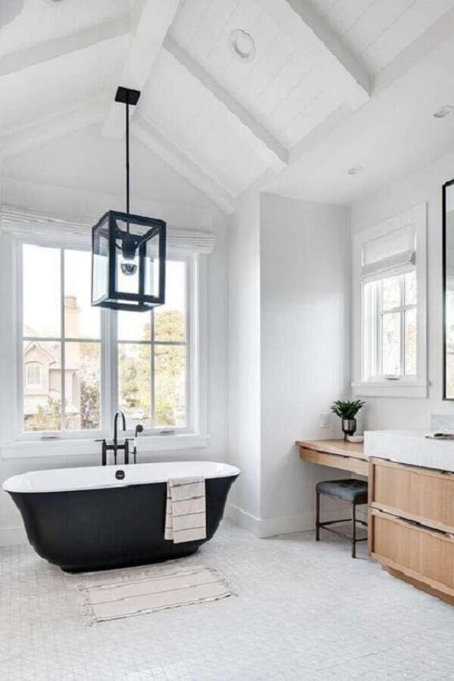 26. Decoração clean para banheiro grande com banheira preta e luminária rústica – Foto: Jeito de Casa