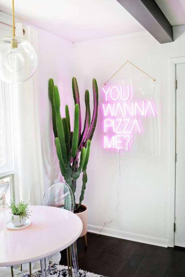 59. Decoração com luz neon roxa para sala de jantar – Foto Eh Decor