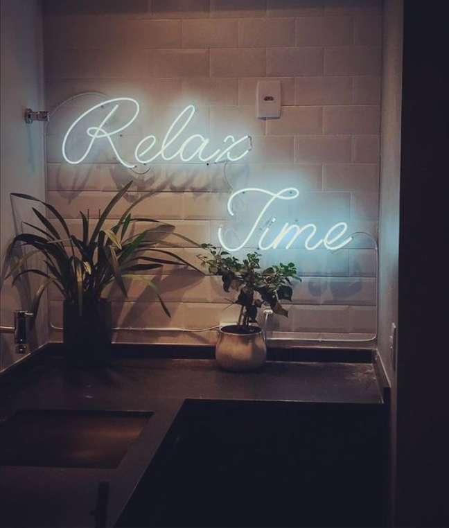 15. Letreiro com luz neon azul – Foto Pinterest