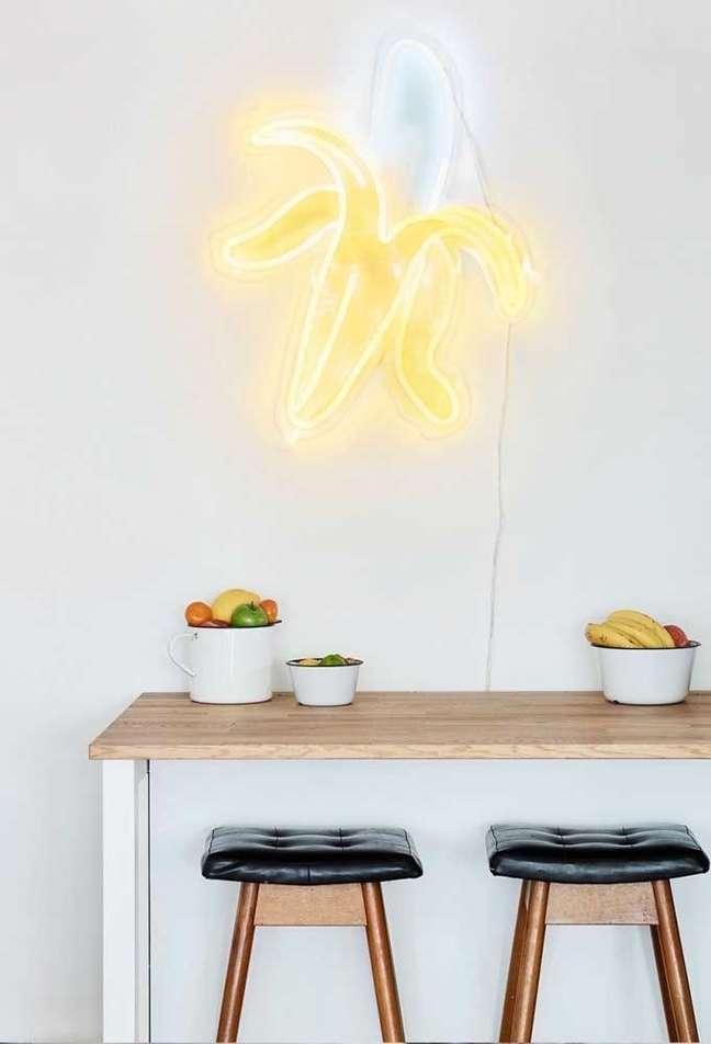 21. Mesa de cozinha decoração com iluminação neon – Foto Pinterest