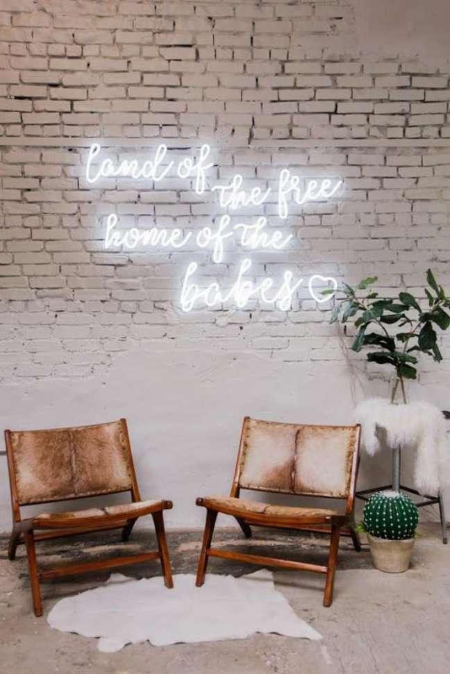 43. Sala de estar com letreiro em luz neon – Foto Echoneon