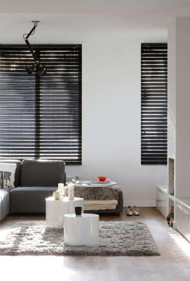 38. Persiana preta para sala de estar cinza e branca – Foto Pinterest