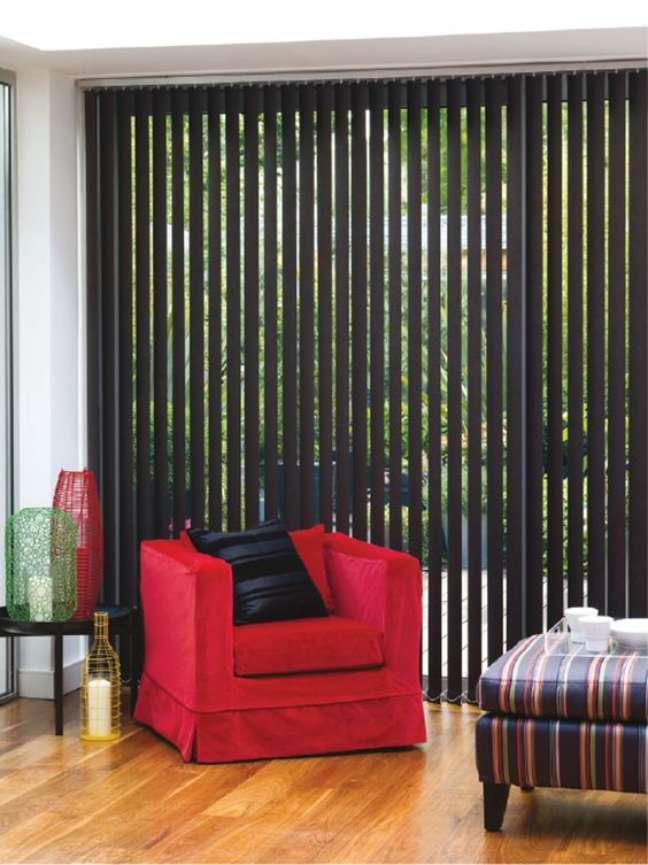 42. Sala com persiana vertical preta e poltrona vermelha – Foto Blinds And Curtains