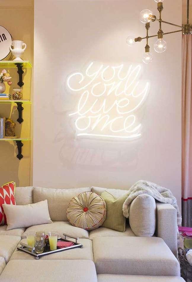 42. Sala de estar clean com letreiro de luz neon – Foto Pinterest