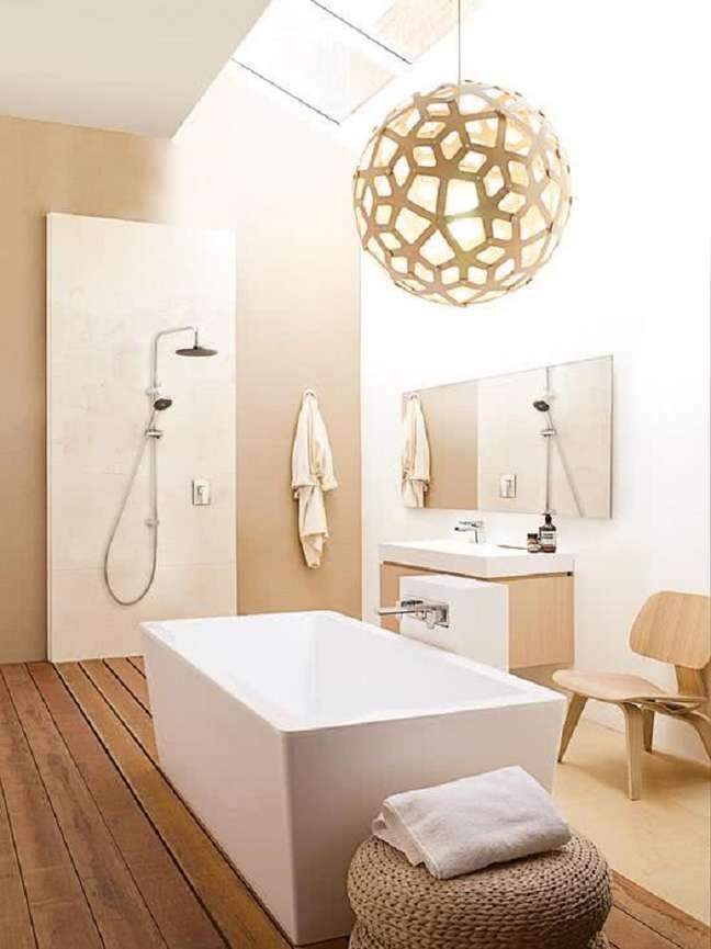 41. Luminária grande para decoração de banheiro grande minimalista – Foto: Architecture Art Designs
