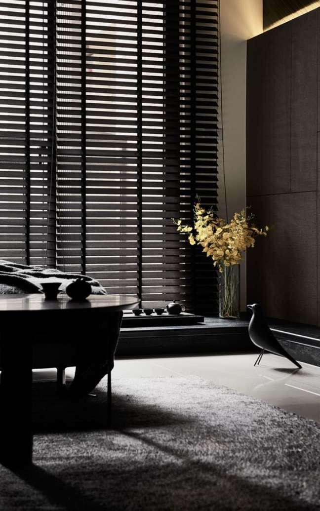 9. Sala com persiana preta moderna – Foto Behane