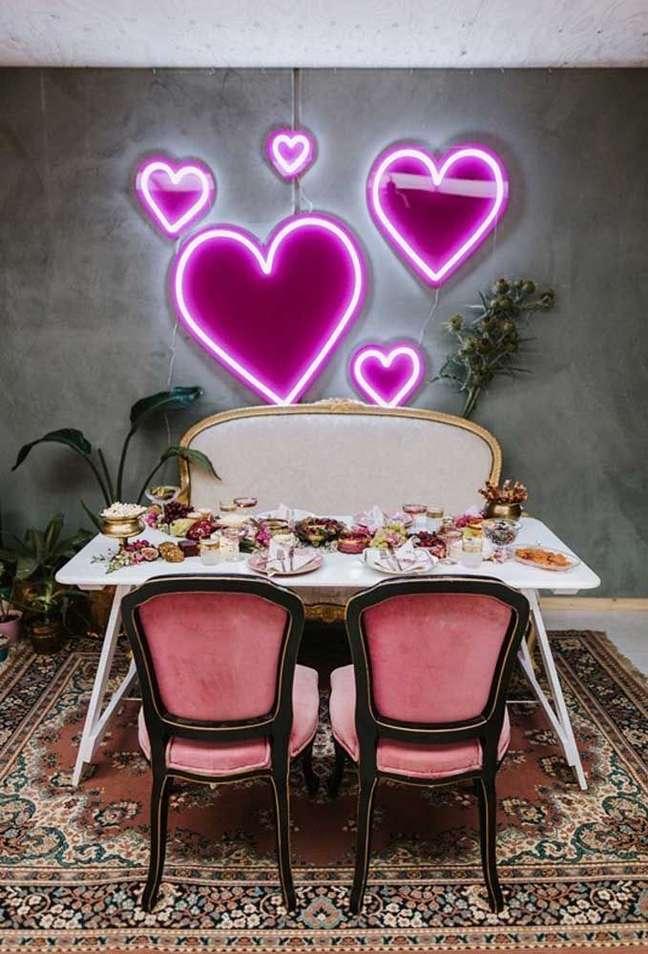 1. Sala de jantar com luminária luz neon – Foto Pinterest