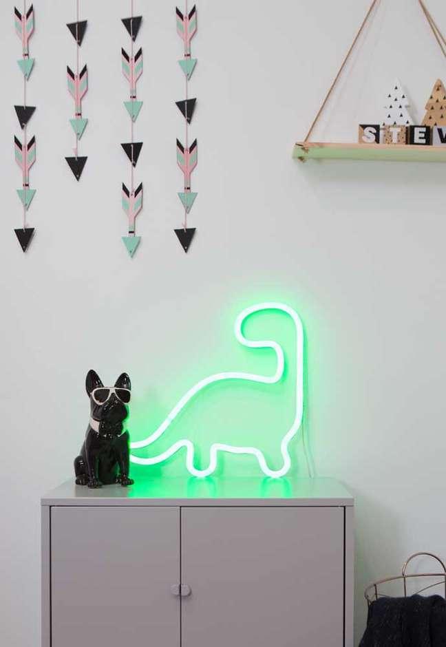 60. Decoração com luz neon verde em formato de dinossauro – Foto Pinterest