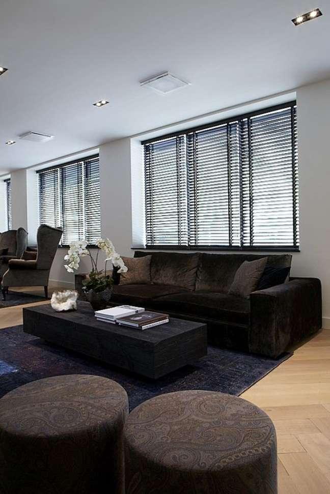 12. Sala de estar com sofá marrom e persiana preta – Foto Pinterset