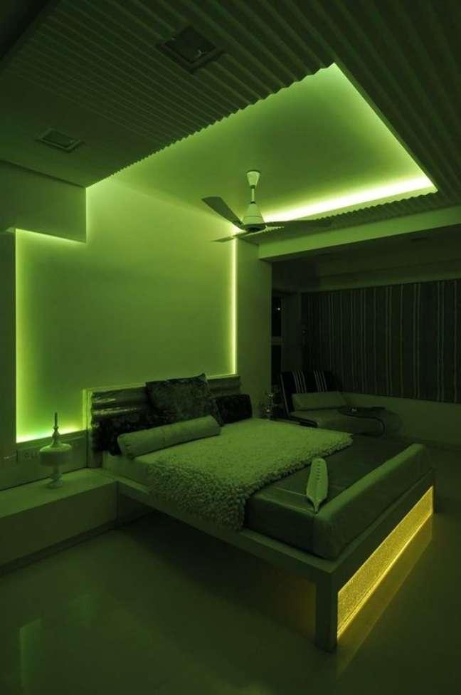 28. Quarto com luz neon verde – Foto Perfect Holiday