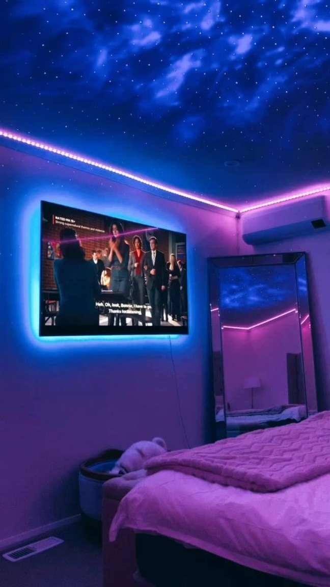 36. Quarto iluminado com luz neon ao redor da tv e do teto – Foto Pinterest
