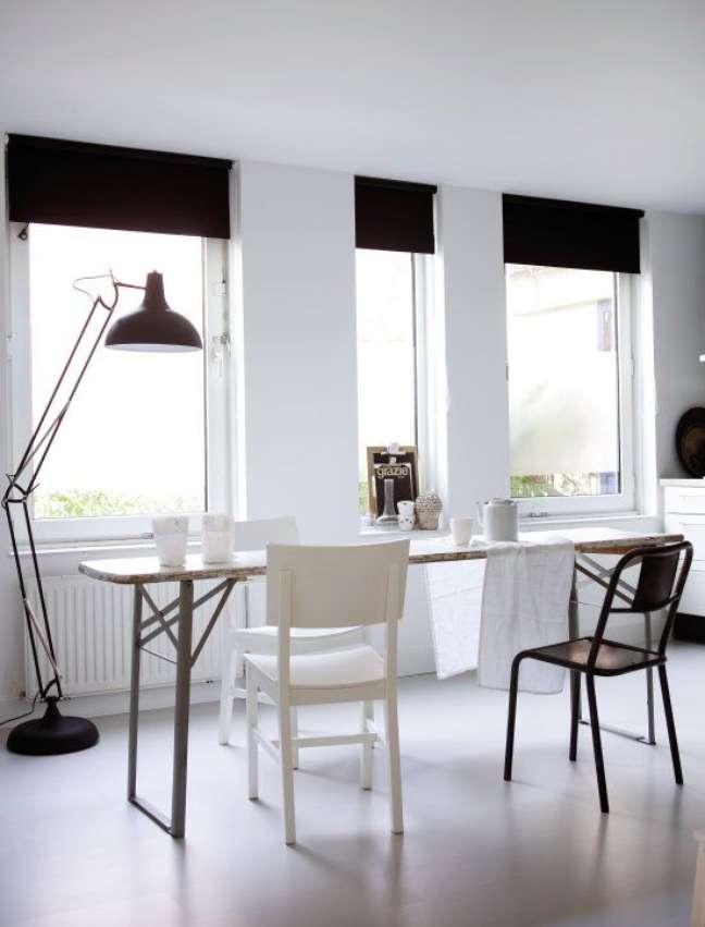 4. Sala de jantar com persiana preta – Foto Stylizimo