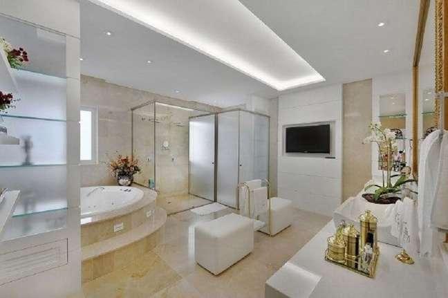 23. Cores claras para banheiro grande decorado com banheira de hidromassagem – Foto: Bender Arquitetura