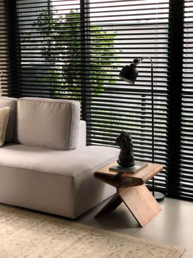 41. Persiana preta para sala de estar com sofá bege – Foto Hunter Douglas