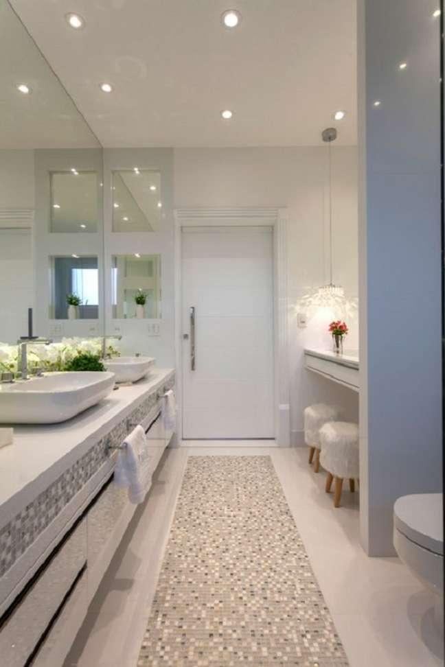 5. Decoração clean com armário de banheiro grande planejado – Foto: Homify