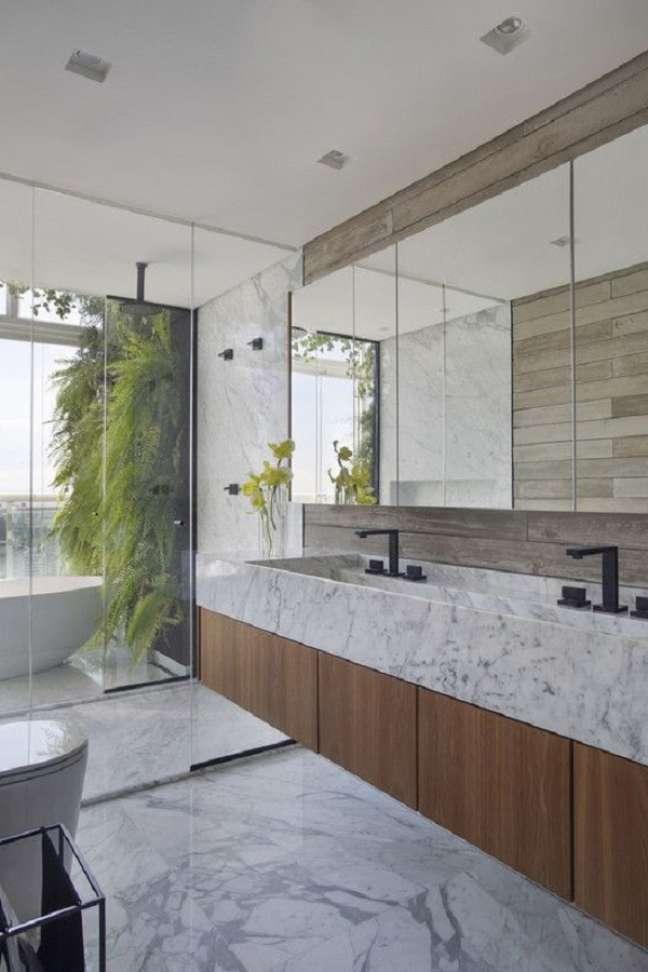 48. Gabinete de madeira com pia de mármore para decoração de banheiro grande – Foto: Archdaily