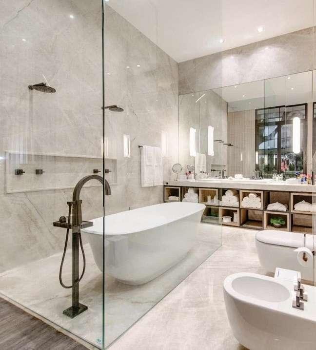 27. Decoração de banheiro grande com banheira de imersão dentro de box de vidro – Foto: Archilovers