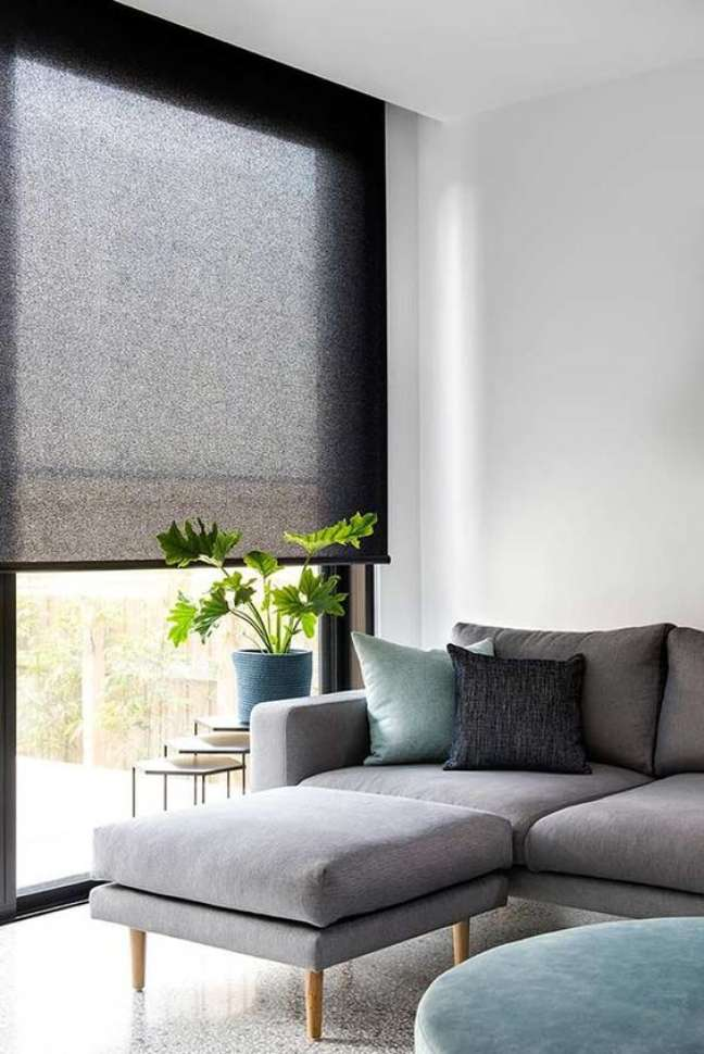 56. Sala cinza com persiana preta fácil de abrir e fechar – Foto Pinterest