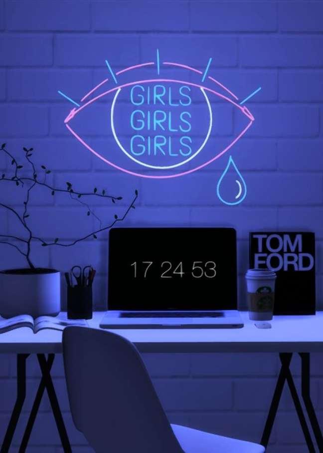 2. Quarto com escrivaninha e luz neon – Foto Pinterest