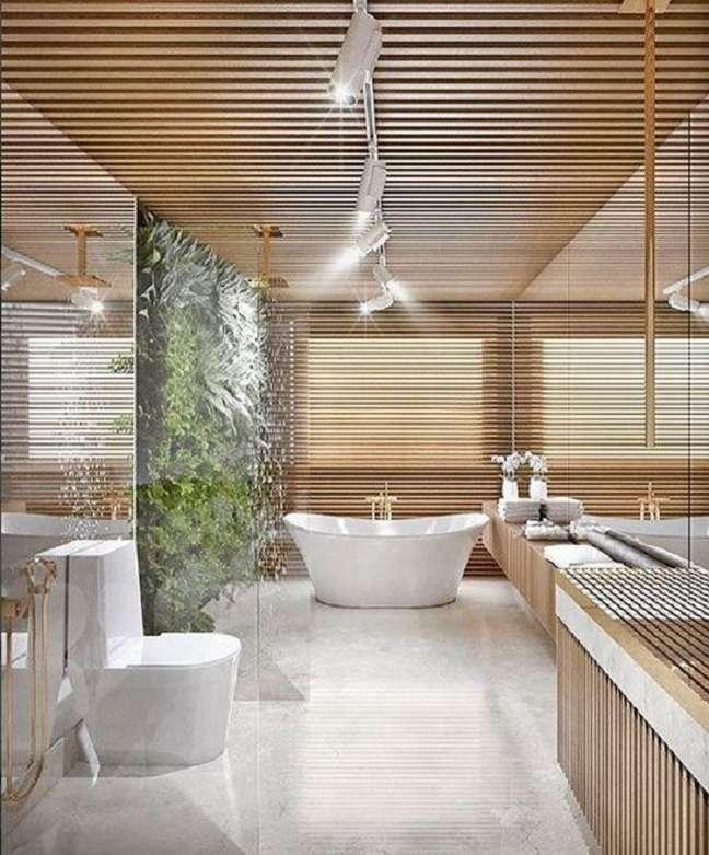 51. Jardim vertical para decoração de banheiro de luxo grande com banheira de imersão – Foto: Dicas de Mulher