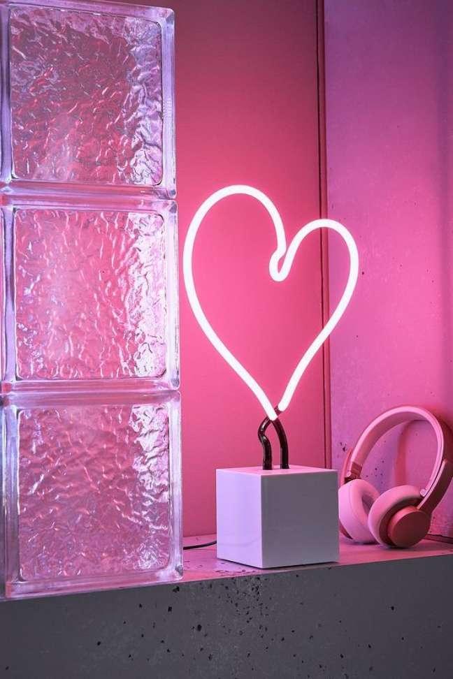 10. Luminária luz neon na sala de estar – Foto LadyBoss