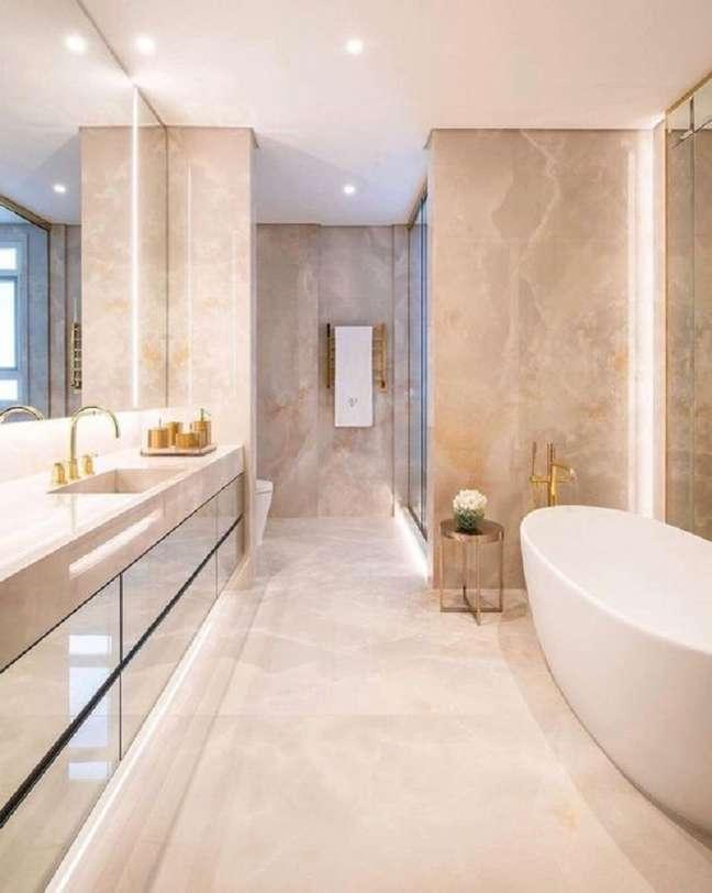 13. O mármore nas paredes garante um ar super sofisticado ao banheiro de luxo grande – Foto: Decor Salteado