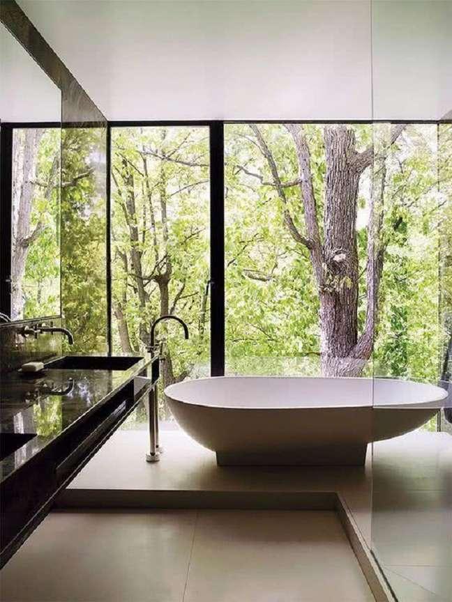 11. Balcão preto para decoração de banheiro grande com banheira moderno – Foto: Behance
