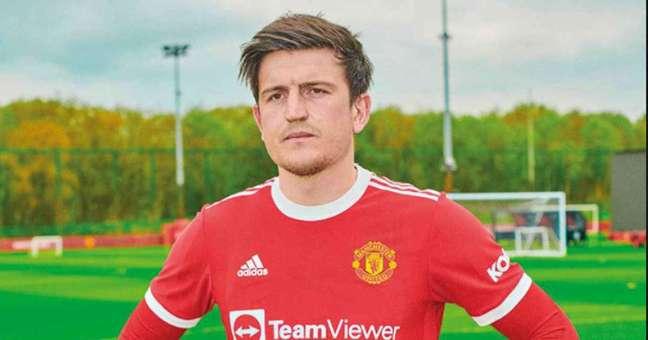 O zagueiro Harry Maguire posa com o novo uniforme do Manchester United