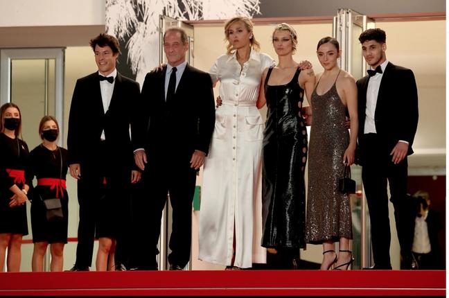 """Equipe de """"Titane"""" na première do filme em Cannes"""