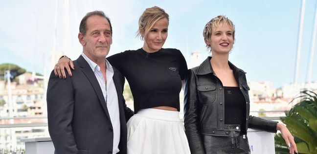 o ator Vincent Lindon,  a diretora Julia Ducournau e a atriz Agathe Rousselle (Alexia)
