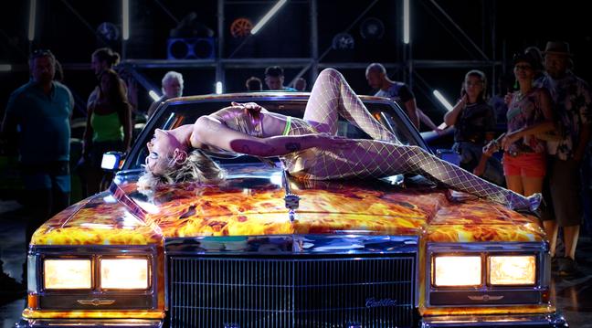 Alexia (Agathe Rousselle) faz danças sexies para marmanjos apaixonados por carros, que ela também deseja e com quem faz sexo