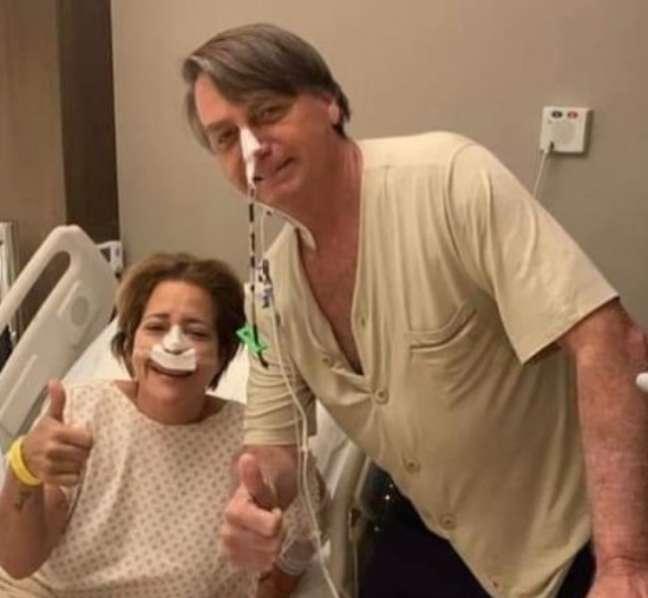 Bolsonaro e a mulher não identificada fizeram sinal de positivo enquanto posavam para a foto