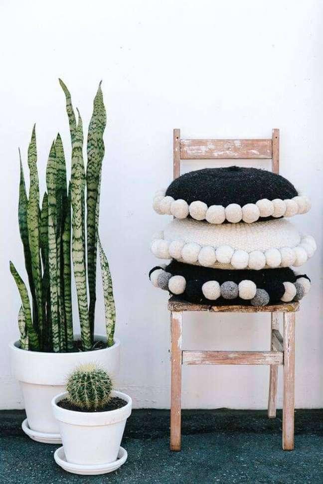 26. Almofada redonda preta e branca para decoração rustica – Foto Revista