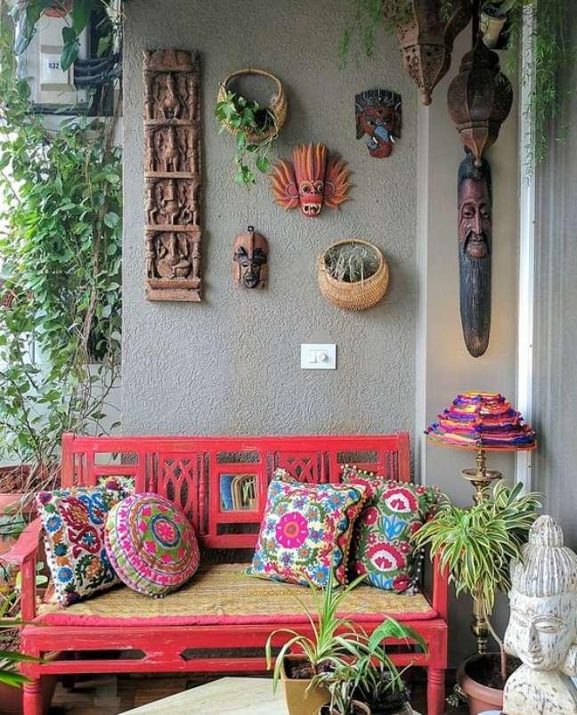 58. Banco de jardim coral com almofadas coloridas – Foto Ariyona Interior