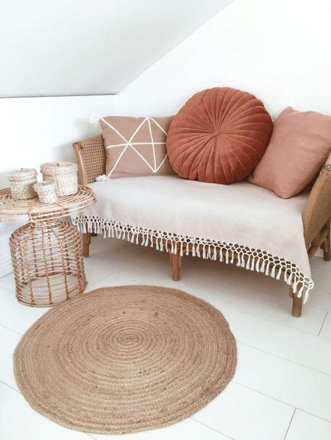 10. Sofá pequeno com almofada redonda – Foto Homedeco