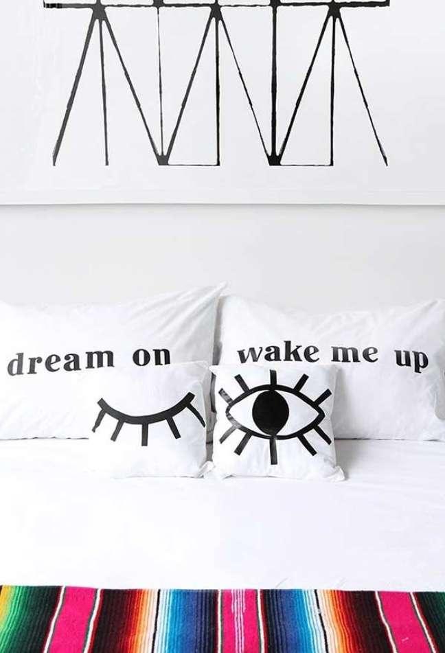 47. Almofadas divertidas para cama de quarto de casal – Foto Pinterst
